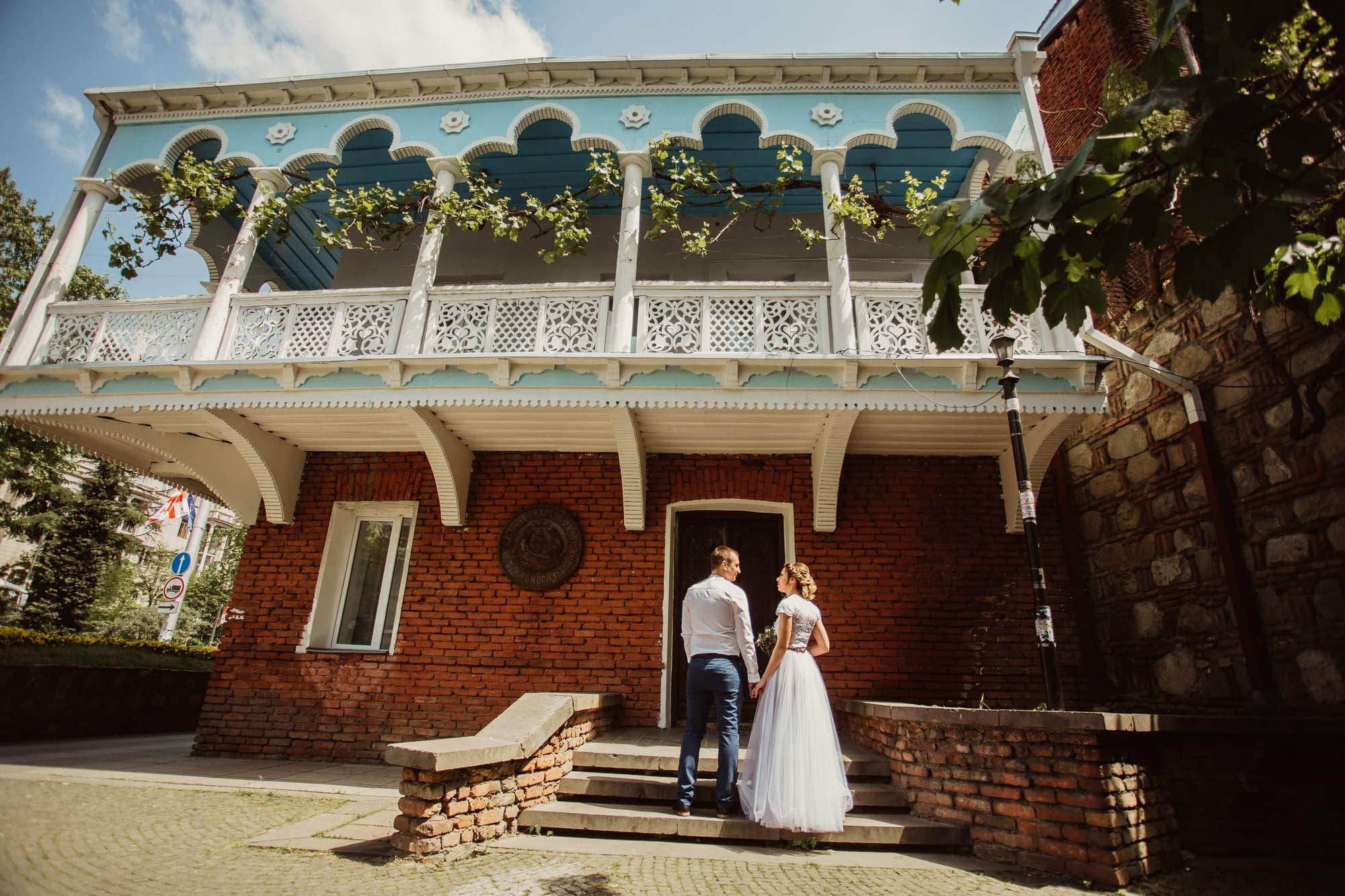 Пара в дворце бракосочетания